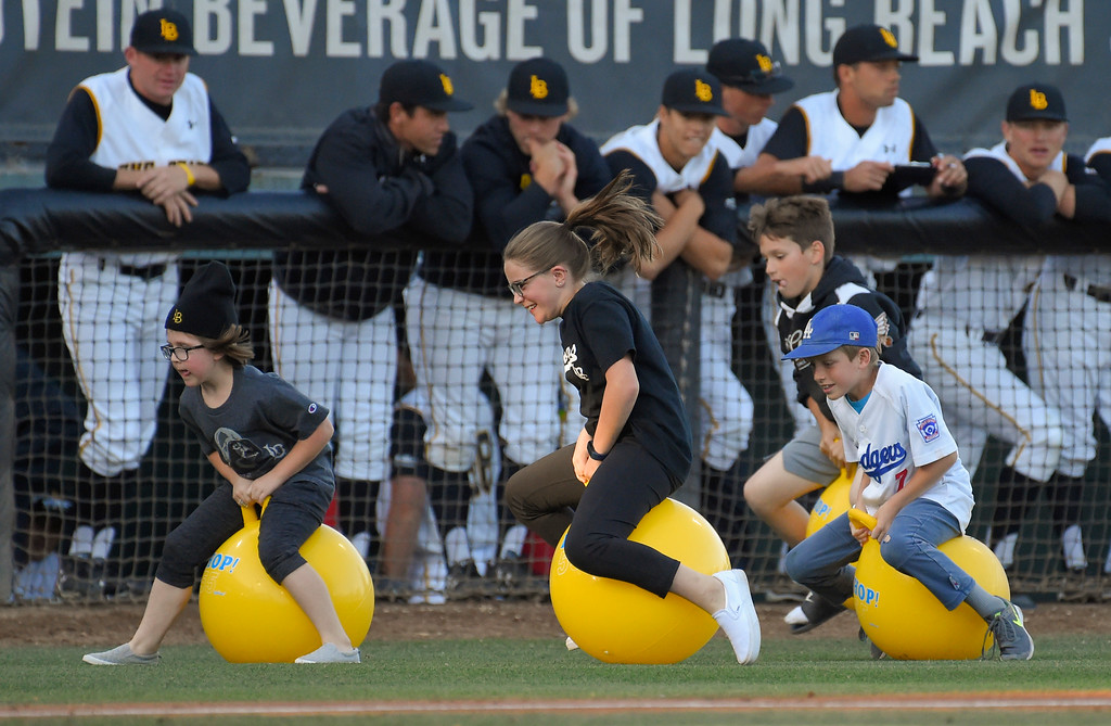 . LBSU Dirtbag players watch as young baseball fans have a race in between innings during a game against CSUN in Long Beach on Friday, April 14, 2017. (Photo by Scott Varley, Press-Telegram/SCNG)