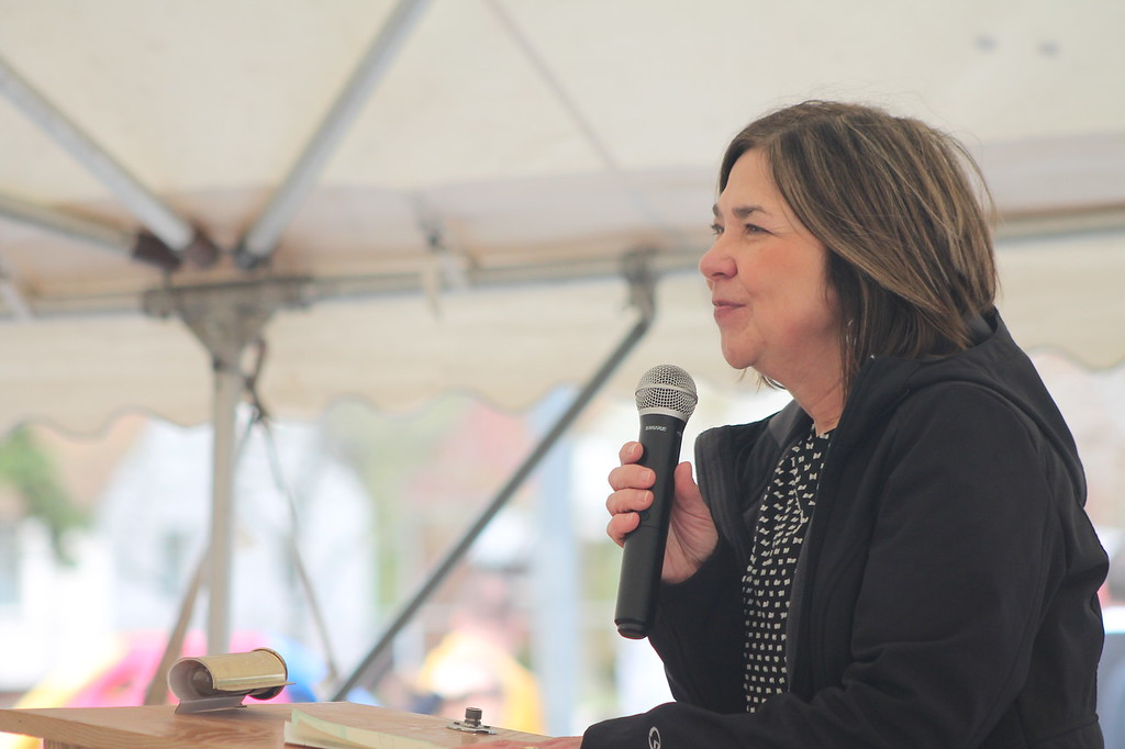 . Kristi Garabrandt � The News-Herald <br> Janice Price, former Garfield principal, speaks to community members who came to say goodbye to Garfield Elementary which will be permanently closing at the end of the school year.