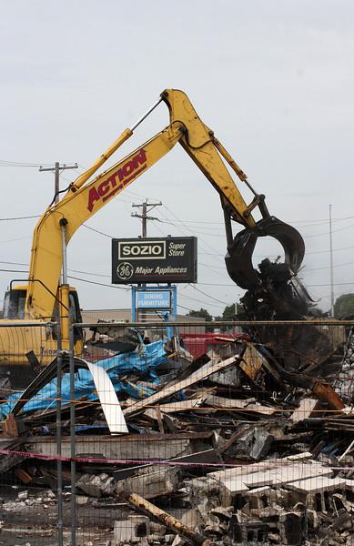 Revere061818-Owen-Sozio being torn down04