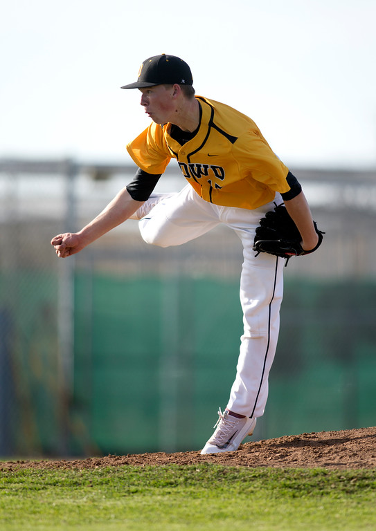 . Bishop O\'Dowd pitcher Henry Loran (17) delivers against Encinal during the sixth inning of a high school baseball game, Wednesday, April 20, 2016, in Alameda, Calif. O\'Dowd won, 7-4. (D. Ross Cameron/Bay Area News Group)