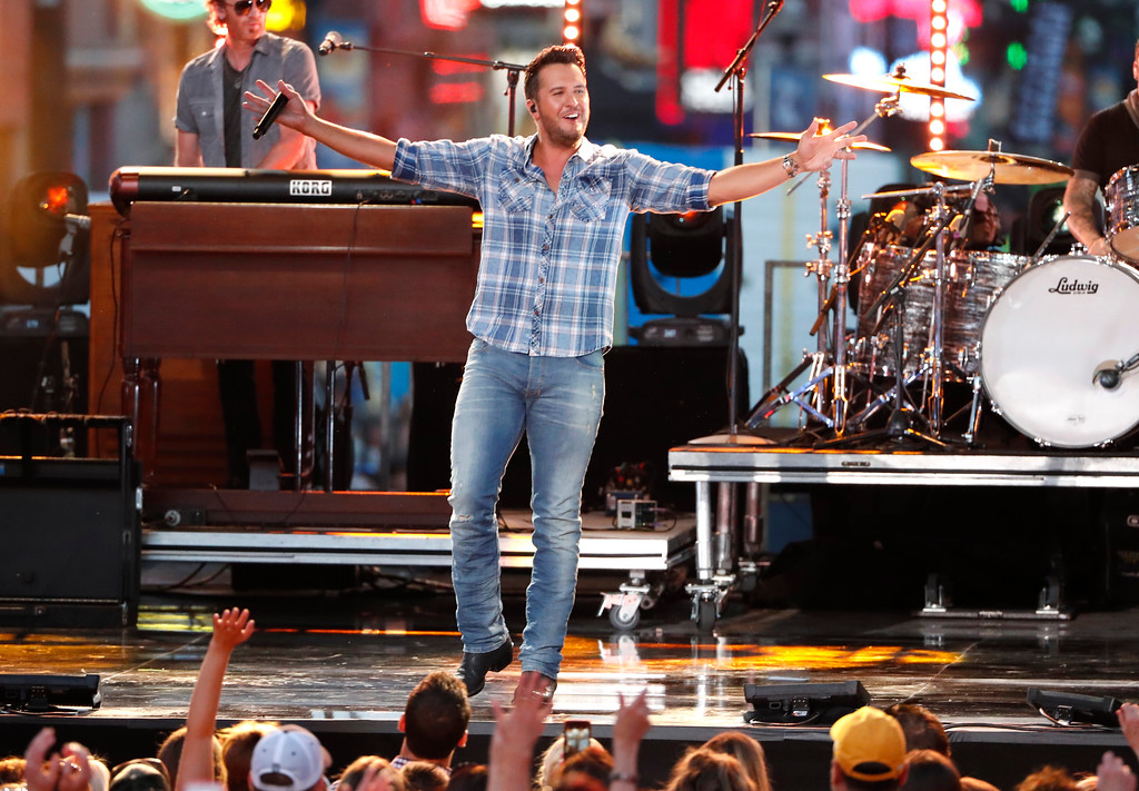 ". Luke Bryan performs ""Sunrise, Sunburn, Sunset\"" at the CMT Music Awards at the Bridgestone Arena on Wednesday, June 6, 2018, in Nashville, Tenn. (AP Photo/Al Wagner)"