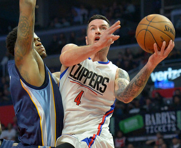 L.A.Clippers J.J. Redick(4) drives to the basket against Memphis Jarell Martin(1) at the STAPLES Center in Los Angeles, CA. Wednesday, November 16, 2016. (Photo by Thomas R. Cordova, Daily News/SCNG)