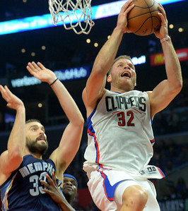L.A.Clippers Blake Griffin(32) drives to the basket against Memphis at the STAPLES Center in Los Angeles, CA. Wednesday, November 16, 2016. (Photo by Thomas R. Cordova, Daily News/SCNG)