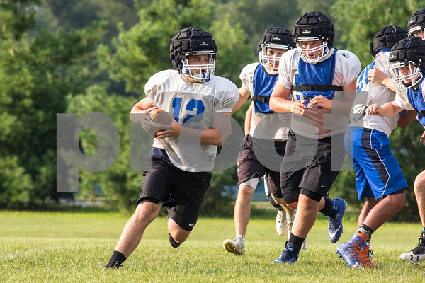 Sam Buckner for Shaw Media.<br /> Griffen Hansen looks for an open reciever during practice on Thursday August 10, 2017.