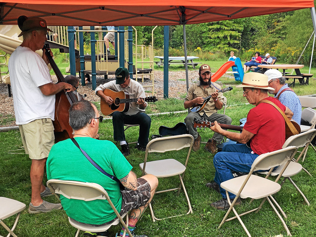 . Andrew Cass � The News-Herald <br> Musicians jam outside East Shore Unitarian Universalist Church in Kirtland Sept. 16 at the Blue Sky Folk Festival.