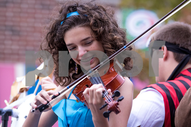 Sam Buckner for Shaw Media.<br /> Sydney Alger plays a violin on the outdoor adventure club float at the homecoming parade on Thursday September 29, 2016.