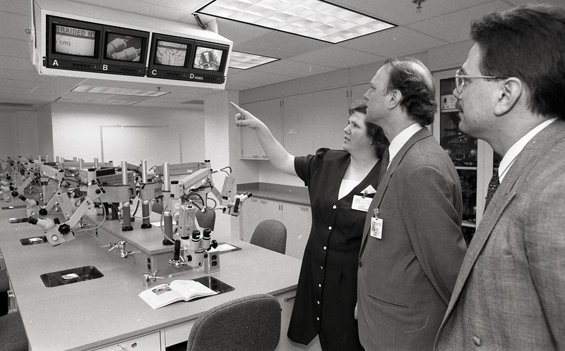 101494_208<br /> Glenn Davis, OPEN HOUSE AT THE NEW ANATOMY AND MICROSURGERY LAB, 1995