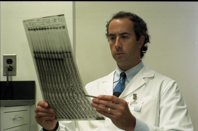 101494B_282<br /> DR. MICHAEL SEIDMAN OF OTOLOGY RESEARCH WORKING W/ GEL SCAN, 1999