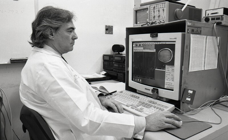 101494_455<br /> DR. WELCH AT NMR COMPUTER 1996
