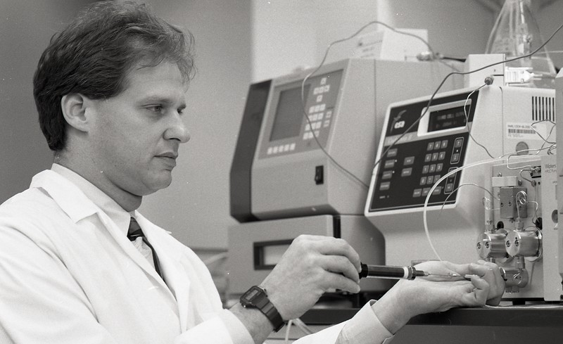 101494_169<br /> DR. ROBERT LEVINE, research, 1995