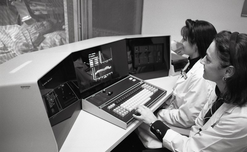 101494_407<br /> DR. DRAGOVIC/ RADIATION ONCOLOGY - WORKING ON CANCER TREATMENT PROGRAM 1996
