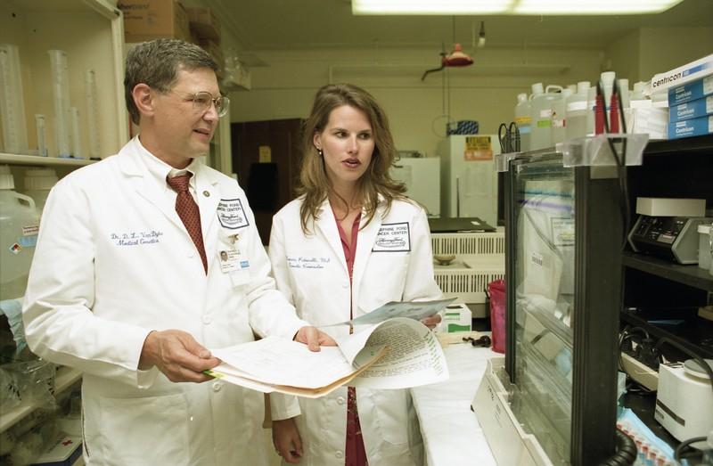 101494B_277<br /> CYTOGENETICS: LAB ENVIRONMENT W/ DR. VAN DYKE, NANCIE PETRUCELLI, & DR. ROBERSON, 1999