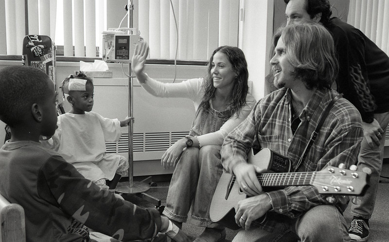101494_200<br /> MUSICIAN SHERYL CROW VISITS THE KIDS IN PEDS, 1995