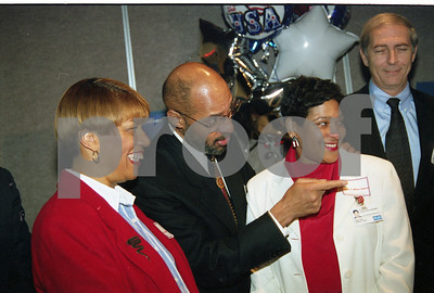 101494B_026 MAYOR DENNIS ARCHER VISITS ELECTION BOOTH IN PRIVATE DINING AREAS, 1997