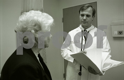 101494B_030 DR. GREGORY KROL CONFERRING WITH AND EXAMINING FEMALE PATIENT, STERLING HEIGHTS: INTERNAL MED, 1998