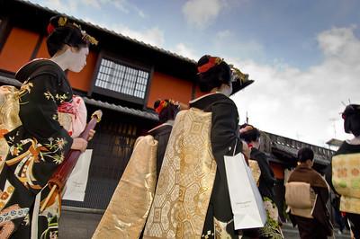 Gion District, Maiko girls (trainee geishas) passing Ichiriki restaurant, Kyoto, Japan