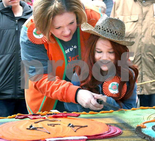 dc.1024.pumpkin cake cutting