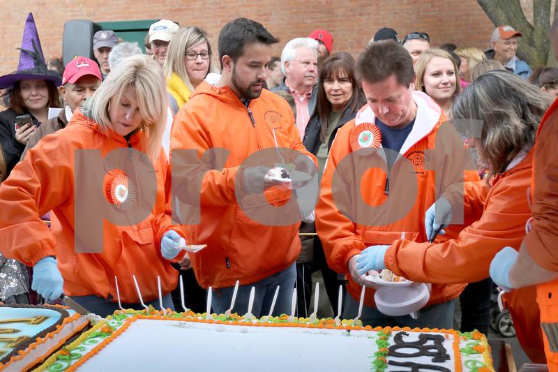 dc.1024.pumpkin cake cutting05