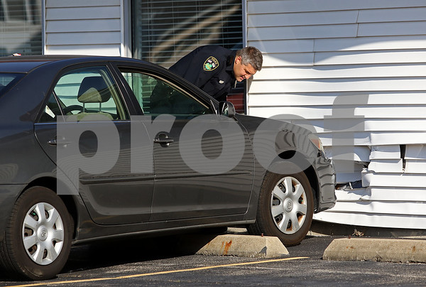dnews_1101_Car_vs_Bldg_01