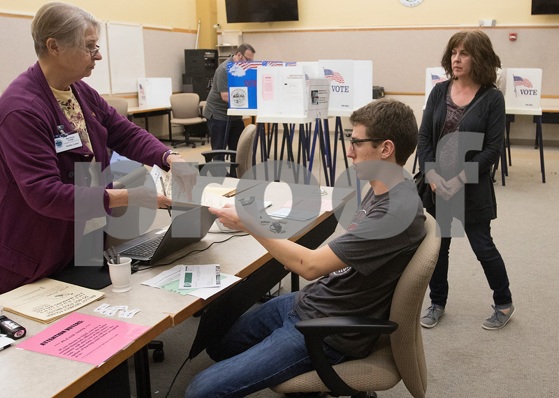 dnews_1103_Early_Voters_01