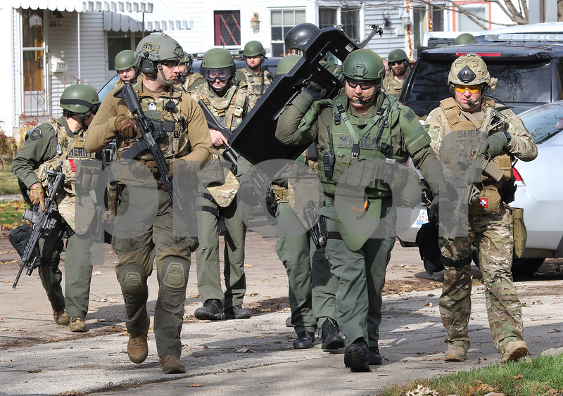 dc.1106.police.standoff02