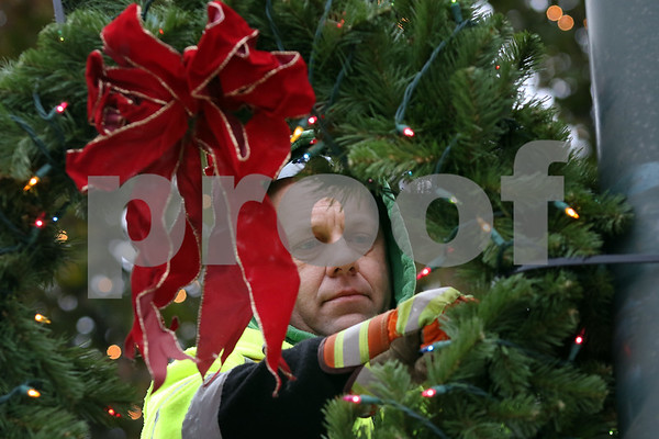 dnews_1121_Wreath_Hanging_03