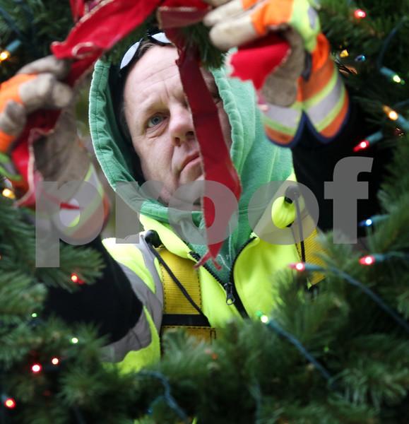 dnews_1121_Wreath_Hanging_01