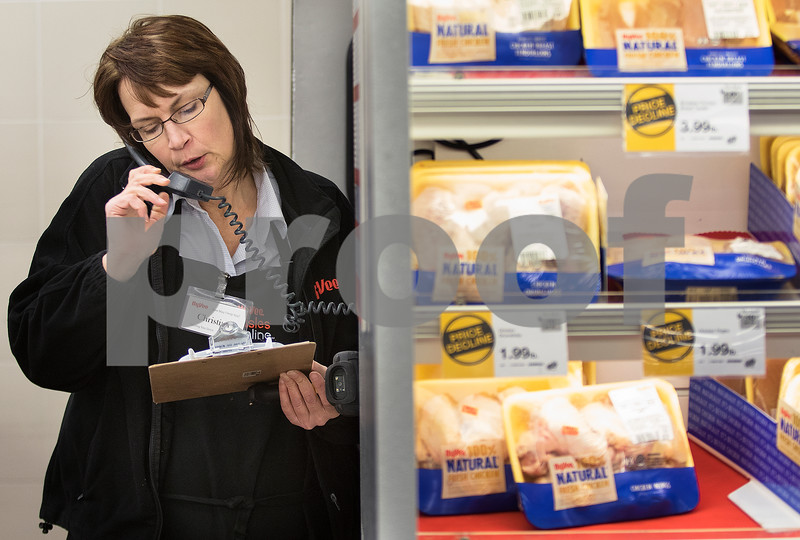 dnews_1223_HyVee_Employee_01
