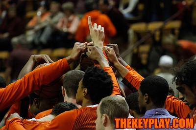 The team huddles after pre-game warmups. (Mark Umansky/TheKeyPlay.com)