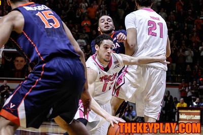 Devin Wilson runs around a screen to drive to the hoop. (Mark Umansky/TheKeyPlay.com)
