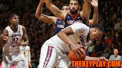 Kerry Blackshear Jr. fights through two UVA defenders on a run to the basket. (Mark Umansky/TheKeyPlay.com)