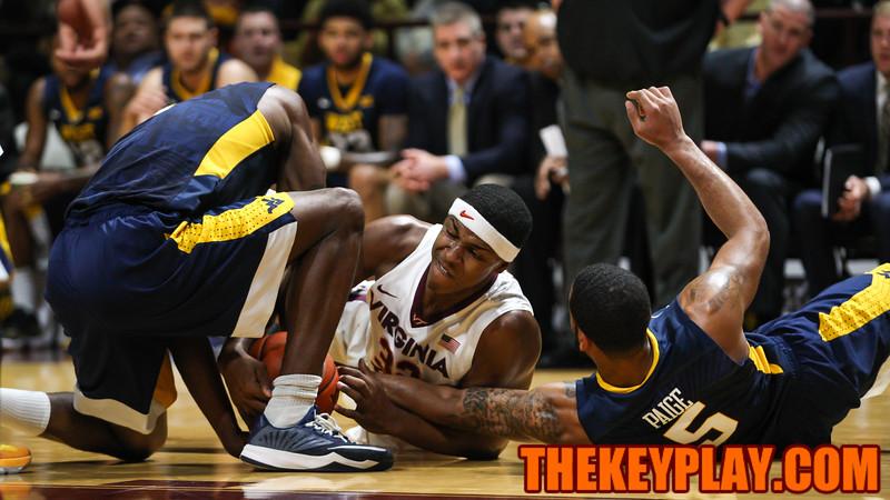 Zach Ledar fights for a loose ball on the floor. (Mark Umansky/TheKeyPlay.com)