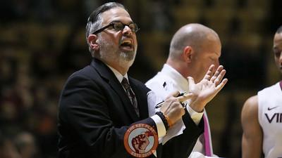 Assistant coach Steve Roccaforte signals to one of his players. (Mark Umansky/TheKeyPlay.com)