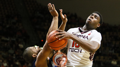 Justin Bibbs tries to draw a foul while driving to the hoop. (Mark Umansky/TheKeyPlay.com)