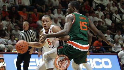 Justin Robinson dribbles around Miami's Ebuka Izundu. (Mark Umansky/TheKeyPlay.com)