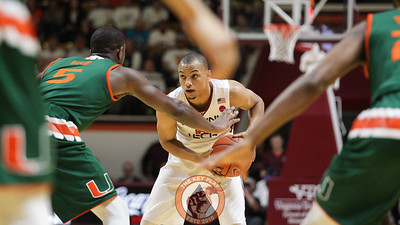 Justin Robinson looks over the Miami defense in the first half. (Mark Umansky/TheKeyPlay.com)