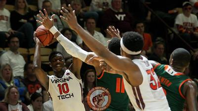 Justin Bibbs looks to pass the ball from the outside. (Mark Umansky/TheKeyPlay.com)
