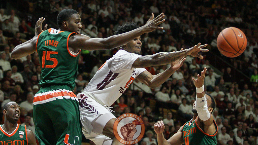 Ahmed Hill fires a pass to the outside after drawing in two Miami defenders. (Mark Umansky/TheKeyPlay.com)