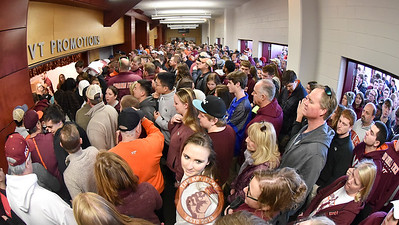 Fans pack the concourse area outside the promotions booth hoping to get their hands on one of the 1000 t-shirts being handed out. (Michael Shroyer/TheKeyPlay.com)