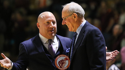 Virginia Tech and Syracuse head coaches Buzz Williams and Jim Boeheim talk during warmups. (Mark Umansky/TheKeyPlay.com)