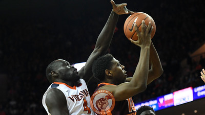 Virginia Cavaliers guard Marial Shayok (4) defends the shot attempt by Virginia Tech Hokies guard Justin Bibbs (10). (Michael Shroyer/ TheKeyPlay.com)