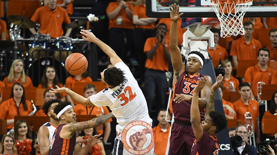 Virginia Cavaliers guard London Perrantes (32) has the ball stripped away as he drives to the basket. (Michael Shroyer/ TheKeyPlay.com)