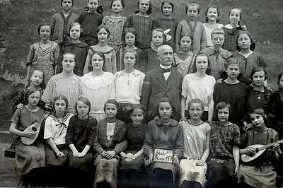 Charlotte (vorn, 4. v. l.) - 1926