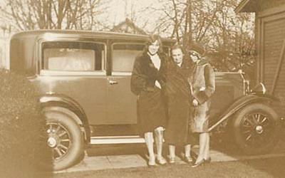 3 Women in front of a Model 29-20