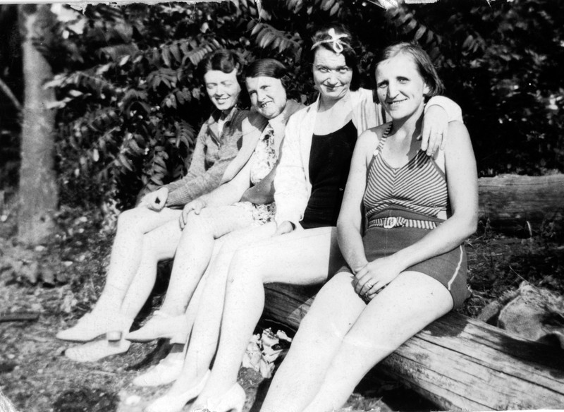 l-r, ?, Aunt Annie, Aunt May, Nanny, East Northport, NY