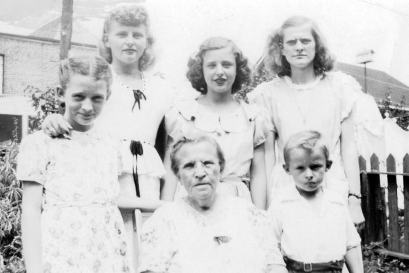 l-r, t-b, Kay, Cece, Dotty, Mom, Grandma, Ray