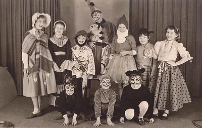 Kinderen uit de van Welderenstraat Poes of kat midden voor is Gerard Brouwer
