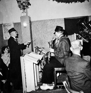 Blijkbaar een tijdelijk ruil: de president van St. Annke dirigeert de Knollenplukkers