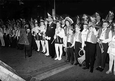 Experimenteel carnaval in de open lucht op Plein 1944