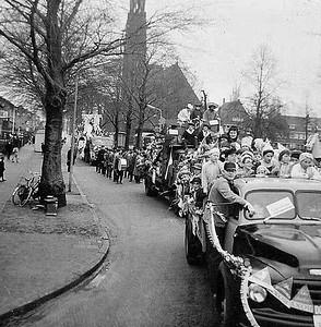 Kiek ze Kieke met hun optocht in Nijmegen-Oost, van 't Santstraat